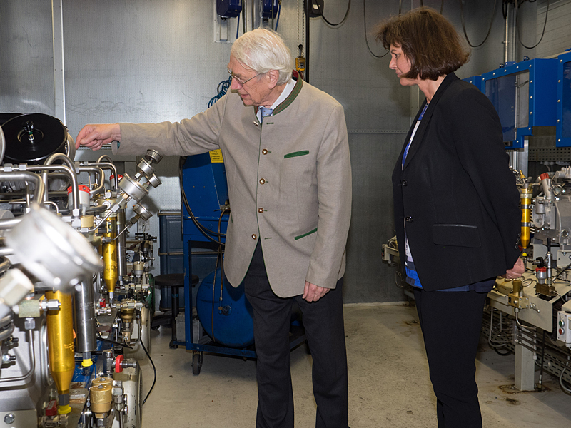 Heinz Bauer with State Minister Aigner at the endurance test rig for compressor blocks