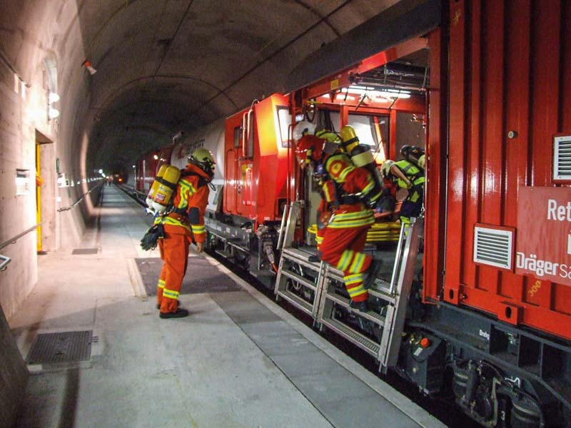 A Swiss firefighting team kitted out with full-scale breathing equipment puts the new tunnel rescue train to the test under real-life conditions. The air is supplied by a BAUER compressor system.